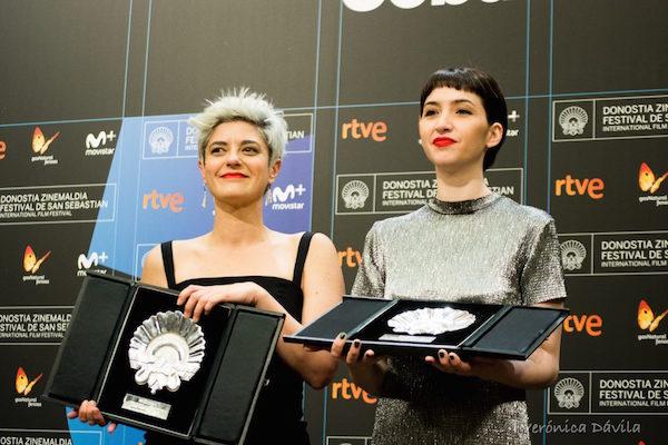 Anahí Berneri y Sofía Gala recibiendo los tres premios conseguidos en el Festival de San Sebastián. © RTVE.