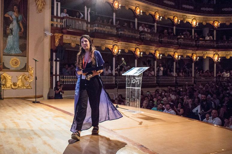 Laura Mora tras recibir el Premio del Público en el Festival Internacional de Cine de Cartagena de Indias.